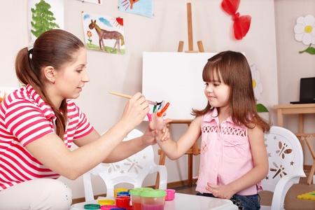 mujer hijos: Imprime la ni�a hacer mano. Foto de archivo
