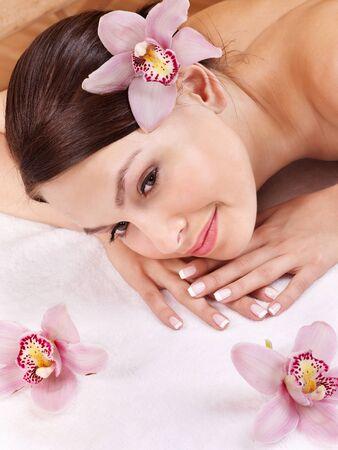 mimos: Hermosa joven con masaje.