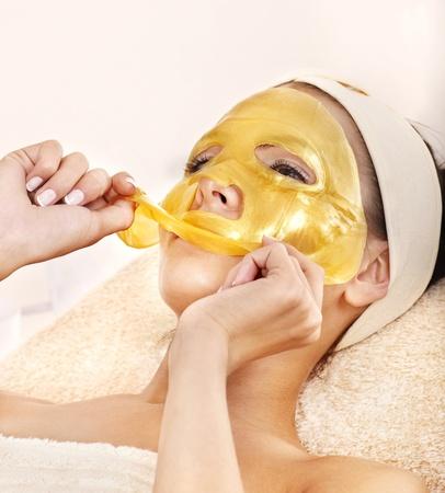 femme masqu�e: Womanl jeunes avec un masque facial en or.