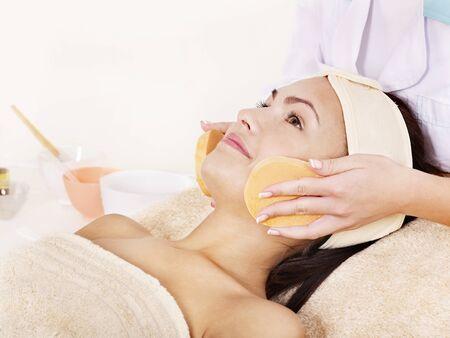 masajes faciales: Joven lavar la cara de esponja.