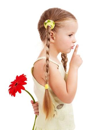 Bambina felice dando fiori.