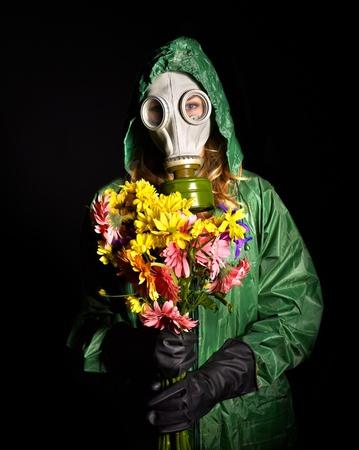 gasmask: Giovane donna in maschera antigas.Radiazioni.