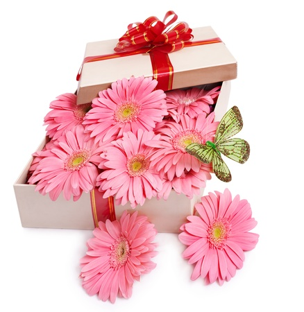 butterflies for decorations: Confezione regalo con fiori e farfalle. Isolato.
