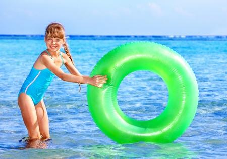 schwimmring: Kinder mit aufblasbaren ring im Meer. Lizenzfreie Bilder
