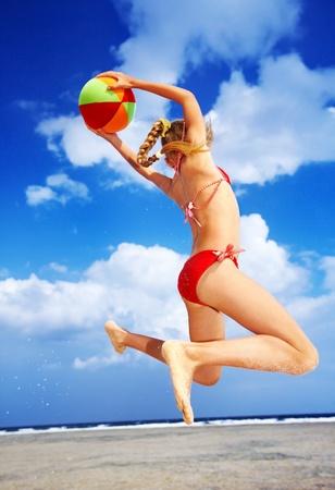 Niña jugando en la playa con la pelota. Foto de archivo - 9392258