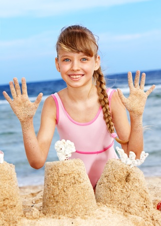 emmer water: Meisje op het strand spelen.