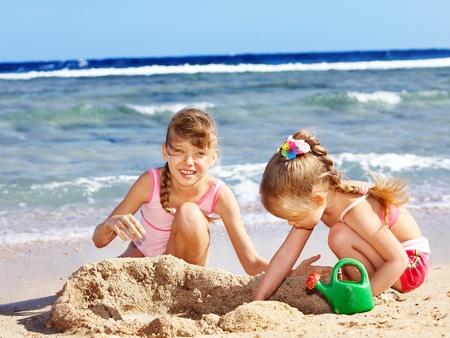 Niña jugando en playa.