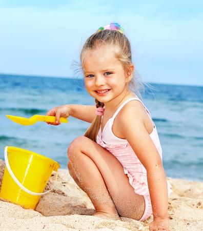 niñas pequeñas: Niña jugando en playa.