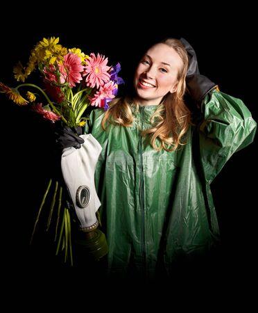 gasmask: Giovane donna con fiori e maschera antigas. Archivio Fotografico