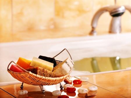 schiuma di sapone: Bagno still life with saponetta nella stanza da bagno.
