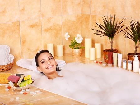 젊은 여성이 걸릴 거품 목욕.