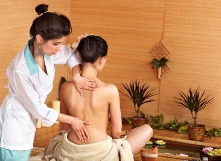 masoterapia: Joven obtener masaje en spa de bambú...