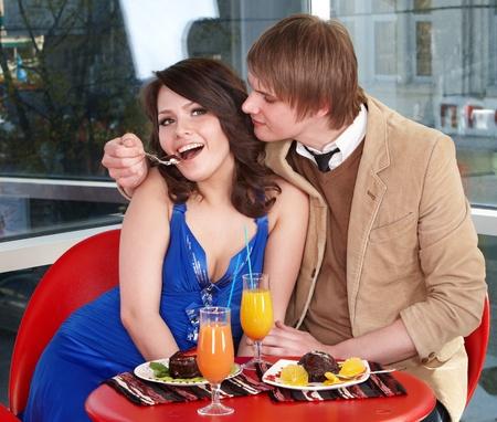 Personas comiendo pastel en restaurante. Amante de la pareja. Foto de archivo - 9779676