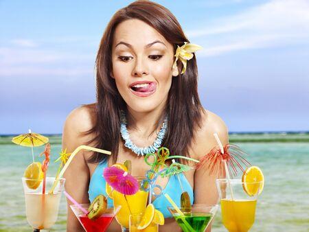 coctel de frutas: Chica en bikini en la playa bebiendo c�cteles. Foto de archivo