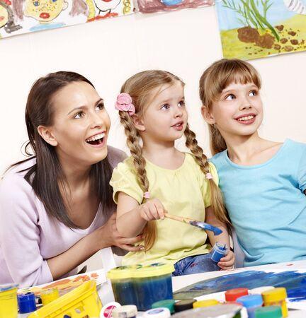 maestra preescolar: Pintura en preescolar de los ni�os. Ayuda del profesor por la ni�a.