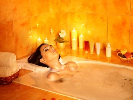 femme baignoire: La branche d'un pin a brill� avec un soleil au cours d'une pluie Banque d'images
