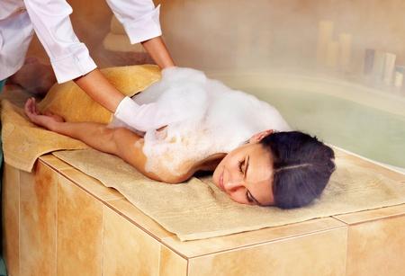 femme baignoire: Jeune femme au hammam ou bain turc. Banque d'images