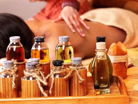 massage: Junge Frau bekommen Massage im Bambus-Spa.