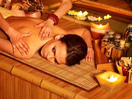 massage oil: Jeune femme obtenir un massage au spa de bambou.