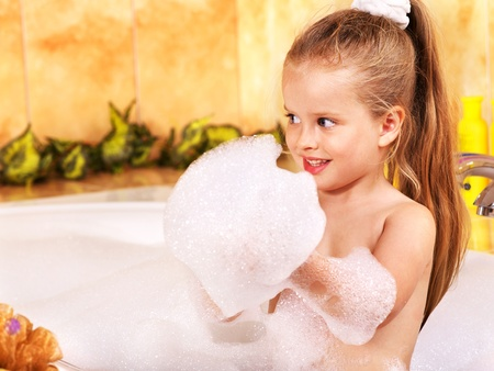 Kind im Sprudelbad waschen.