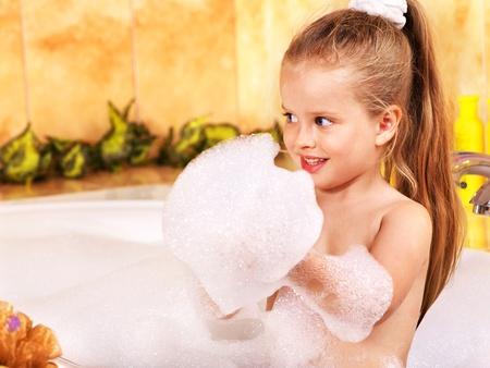 schaumbad: Kind im Sprudelbad waschen. Lizenzfreie Bilder