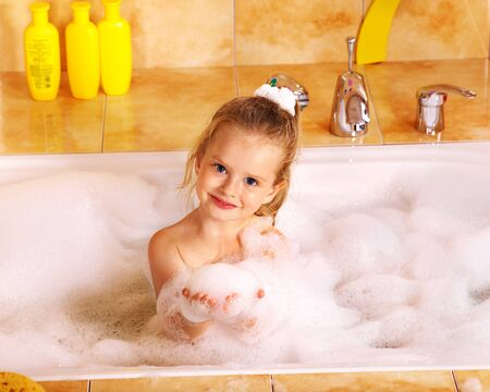 little girl bath: Child lavaggio in bagnoschiuma.