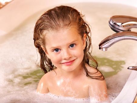 Niño lavado en baño de burbujas.