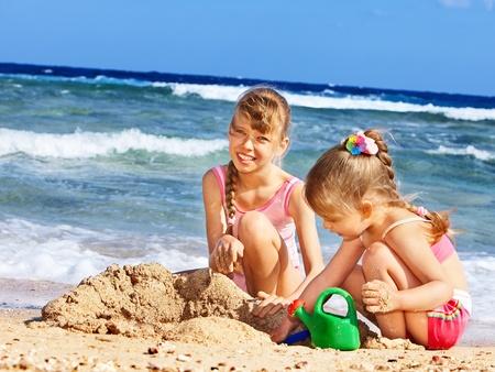 chateau de sable: Petite fille jouant sur la plage.