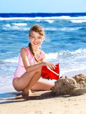 klein meisje op strand: Klein meisje spelen op het strand. Stockfoto