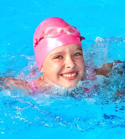 swim: Niña nadando en la piscina. Foto de archivo