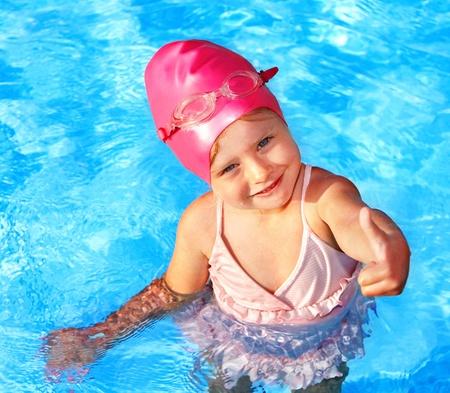 Niña nadando en la piscina. Foto de archivo