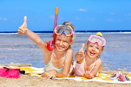 handtcher: Kleines M�dchen am Strand spielen. Lizenzfreie Bilder