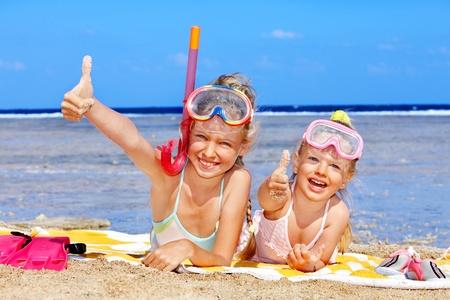 towel: Ni�a jugando en playa.