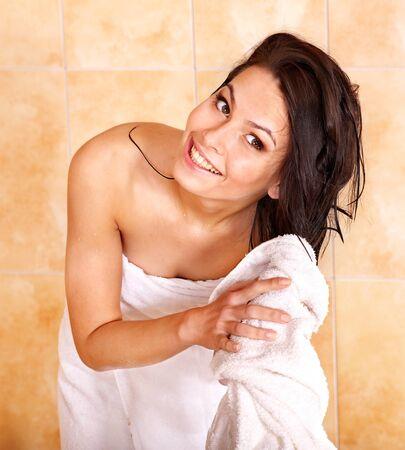 bathrobes: Joven mujer tomar ba�o de burbujas. Foto de archivo