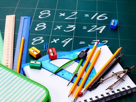 teaching crayons: Torna a scuola fornisce. Isolato. Archivio Fotografico