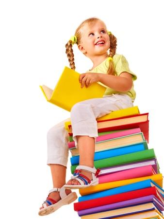 Prodigy: Dziewczynka siedzi na stosie książek. Samodzielnie.