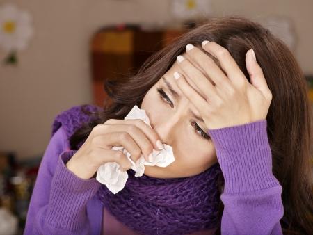 freddo: Giovane donna con fazzoletto avere freddo. Isolato.