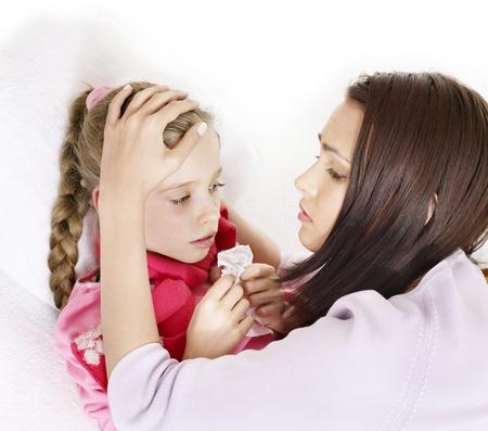 krankes kind: Krank M�dchen mit Mutter. Isoliert. Lizenzfreie Bilder