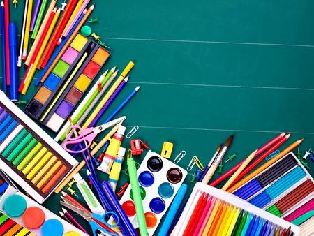utiles escolares: Suministros de Oficina de escuela a bordo.