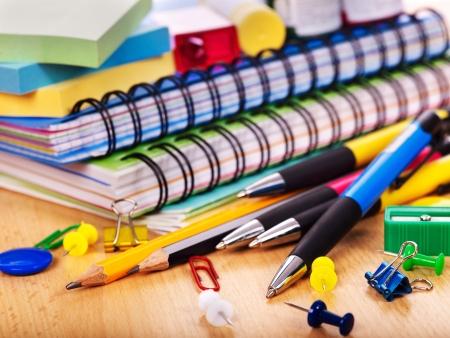 fournitures scolaires: Fournitures de bureau des ?coles se trouvant ? bord. Banque d'images