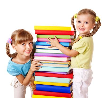ni�os leyendo: Los ni�os la lectura pila de libros. Aislado. Foto de archivo