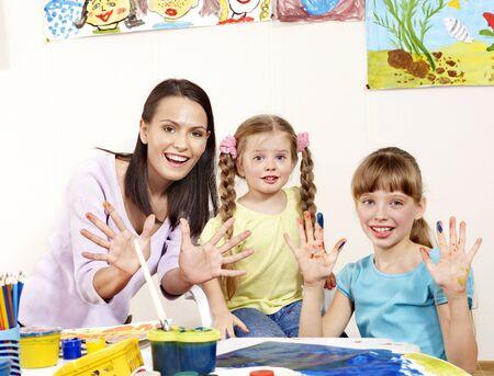 maestra preescolar: Ni�o pintura en preescolar. Ayuda del profesor por la ni�a.