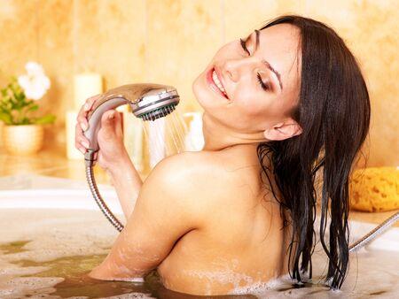 mujer ba�andose: Joven tomar ba�o de burbujas.