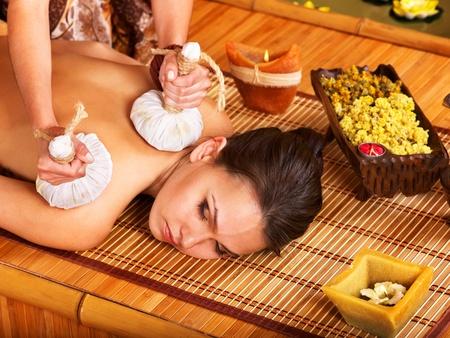 massage oil: Jeune femme se massage dans le spa de bambou.