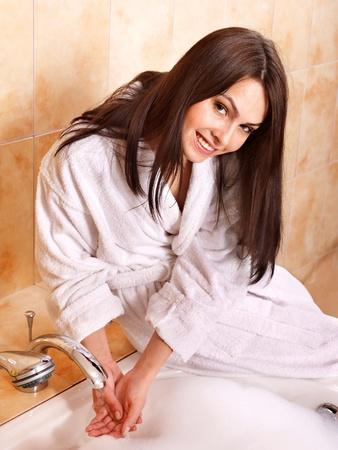 schaumbad: Junge Frau nehmen Bubble Bath. Lizenzfreie Bilder