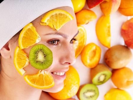tratamiento facial: M�scaras faciales de frutas caseras naturales. Aislado. Foto de archivo