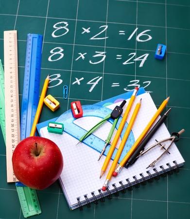 deberes: Fuentes de regreso a la escuela. Aislado. Foto de archivo