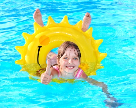 schwimmring: Kinderbetreuung auf aufblasbaren Ring im Swimming Pool.