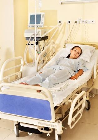 paciente en camilla: Paciente enfermo en gurney en quirófano.