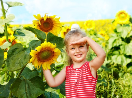 ni�os contentos: Girasol de explotaci�n infantil al aire libre.